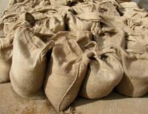 Borse di tela da imballaggio in pieno della sabbia Fotografie Stock