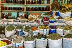 Borse di tisana secca da vendere al mercato del locale della città Lahic l'azerbaijan immagine stock libera da diritti