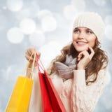 Borse felici di compera della tenuta della donna Vendite di inverno Fotografie Stock Libere da Diritti
