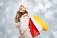 Borse felici di compera della tenuta della donna Vendite di inverno Immagini Stock
