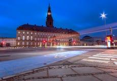 Borsen het gebouw van de dansihbeurs tijdens vroeg ochtend blauw uur Kopenhagen Denemarken stock foto