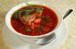 Borsjt met vlees en snijboon Stock Foto