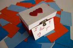 Borst met een kaart met tekst I liefde wordt gegrepen u in het Engels dat Royalty-vrije Stock Afbeeldingen
