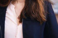 Borst van het meisje wat rode en bruine bundels van haar vallen royalty-vrije stock afbeeldingen