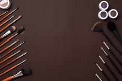 Borsta för makeup, ögonskugga, sikt från över På en brun bakgrund royaltyfri fotografi