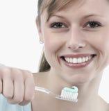 borsta henne tandkvinna Arkivfoton