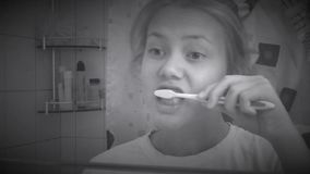 borsta henne tandkvinnabarn retro stil arkivfilmer
