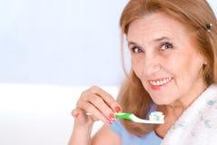borsta henne trevlig gammal tandkvinna Arkivfoton