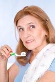borsta som är lyckligt henne gammal tandkvinna Royaltyfri Fotografi