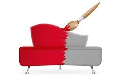 Borsta täcker den röda sofaen Arkivfoton