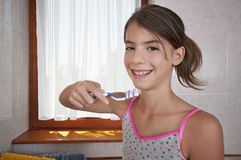 Borsta tänder i badrum Arkivbild