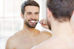 Borsta tänder i morgonen Fotografering för Bildbyråer