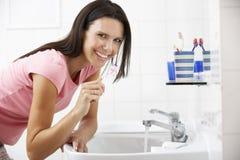 borsta tandkvinna för badrum Arkivbilder