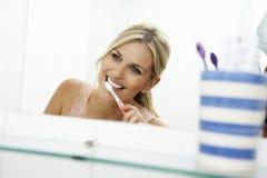 borsta tandkvinna för badrum Royaltyfri Foto