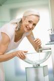 borsta tandkvinna för badrum Arkivbild