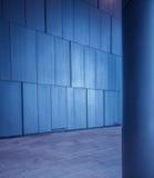 Borstad metall belade med tegel paneler vägg och kolonnbakgrund i modern futuristisk arkitektur Arkivfoto
