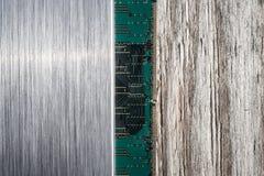 Borstad metall, datorchip och träbakgrund Royaltyfria Bilder