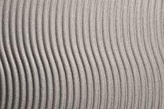 Borstad metall med wavy linjer Arkivbild