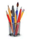 Borstar, blyertspennor och pennor i hållaren. Arkivfoto