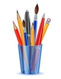 Borstar, blyertspennor och pennor i hållaren. Royaltyfri Fotografi