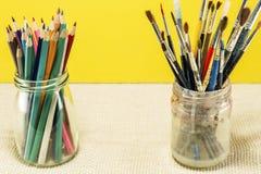 Borstar för att dra i ett exponeringsglas och ett antal målarfärg arkivfoto