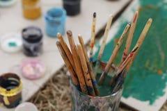 Borstar för att måla, konstbakgrund Arkivfoton