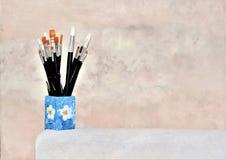 Borstar i en råna för konstnären Painting arkivfoton