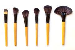 borstar isolerad set white för makeup Arkivbild
