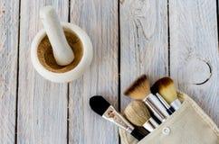 borstar isolerad set white för makeup Mortel och skönhetsmedel Arkivbilder