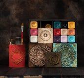Borstar målarfärger för dekorativa keramiska tegelplattor och medaljonger för målning och för stuckaturmurbruk arkivfoto