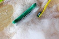 Borstar med att skumma tvättmedel Royaltyfria Bilder