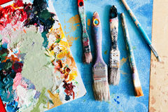 Borstar med paletten i den idérika bakgrunden Färgrikt element Royaltyfria Foton