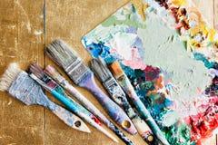 Borstar med paletten i den idérika bakgrunden Färgrikt element Fotografering för Bildbyråer