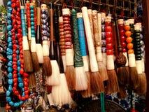 Borstar och halsband på den kinesiska marknaden Arkivbilder