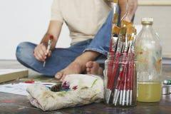 Borstar och material för konstnärOn Floor With målarfärg Arkivbild