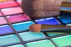 Borstar på paletten för ögonskuggor Arkivfoton