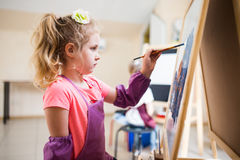 Borste för vattenfärg för målning för konstnärskolaflicka Arkivbilder