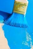 Borste i blåttmålarfärg royaltyfri fotografi