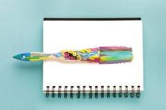 Borste och färgrikt penseldrag i teckningsalbum Royaltyfri Bild