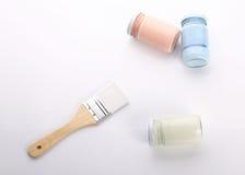 Borste- och flaskexponeringsglas av färg för att måla Royaltyfri Fotografi