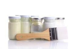 Borste- och flaskexponeringsglas av färg för att måla Arkivfoto