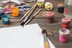 Borste och målarfärg på en tabell Royaltyfria Bilder