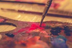 Borste och målarfärg som drar en bild royaltyfri foto