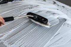 Borste som lämnar slaglängder i vitt schampo och skum på taket av silve royaltyfri fotografi