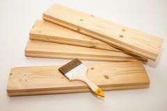 Borstel aan verf op een houten Raad stock afbeeldingen