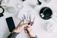 Borstel brow en make-upkunstenaar in de reeks royalty-vrije stock afbeeldingen
