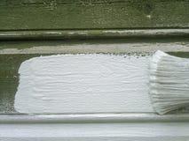 Borstel die houten muur schilderen Royalty-vrije Stock Foto's