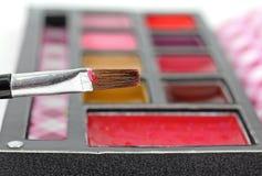 Borstel die met Lipgloss wordt geladen Royalty-vrije Stock Foto's