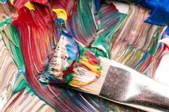 Borstel die verf op palet mengt Stock Fotografie