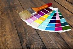 Borstel en helder palet van kleuren op houten royalty-vrije stock afbeelding